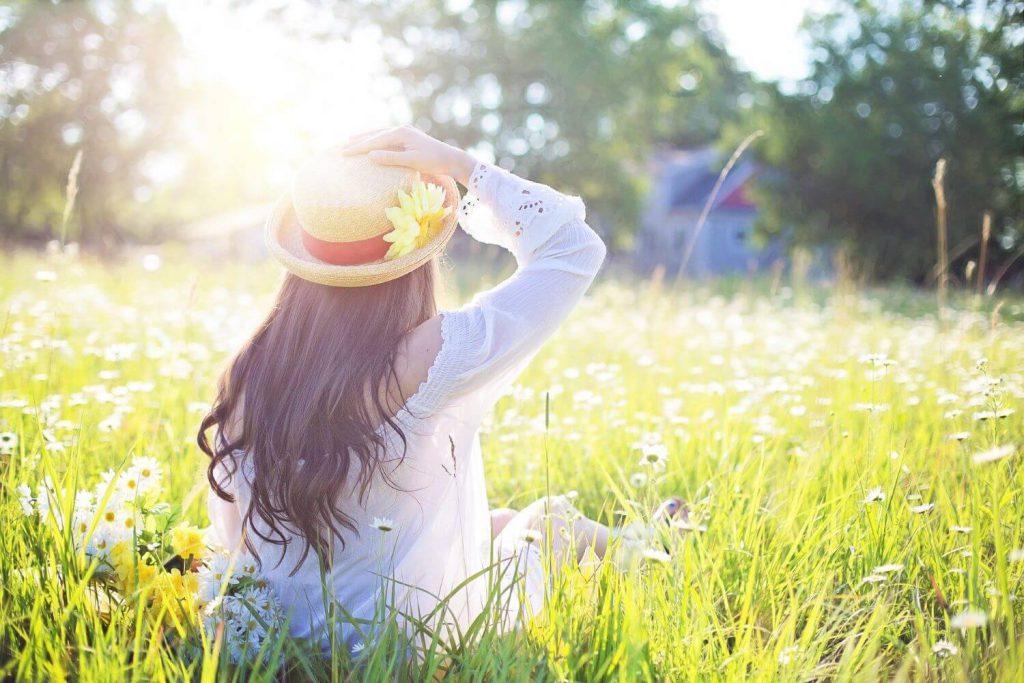 早起きして太陽の光を浴びている女性