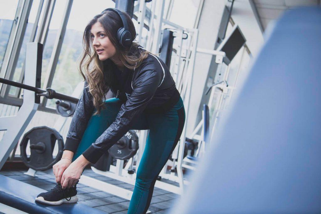 パーソナルトレーニングに通って痩せようとしている女性