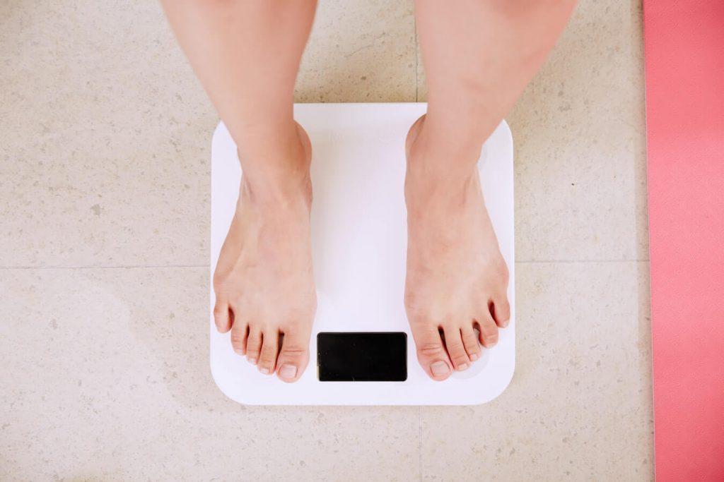 パーソナルトレーニングでダイエットしていて、体重ばかり気になる人