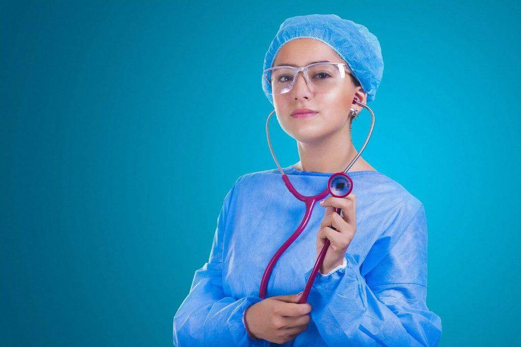 医療レーザー脱毛の痛みを和らげるために麻酔をしてくれる医師