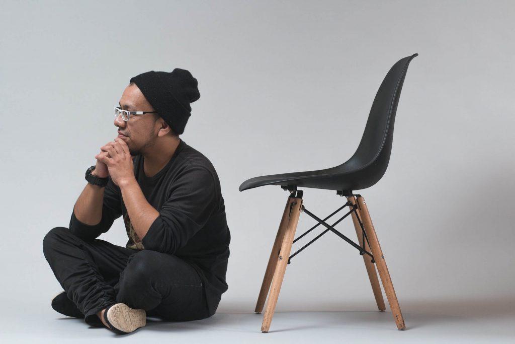 椅子と男性