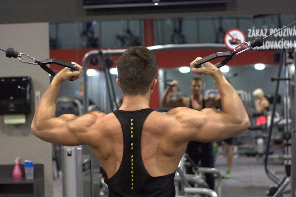 背筋を鍛える男性