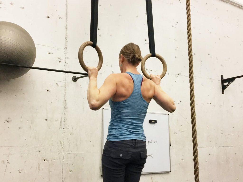 懸垂をする女性