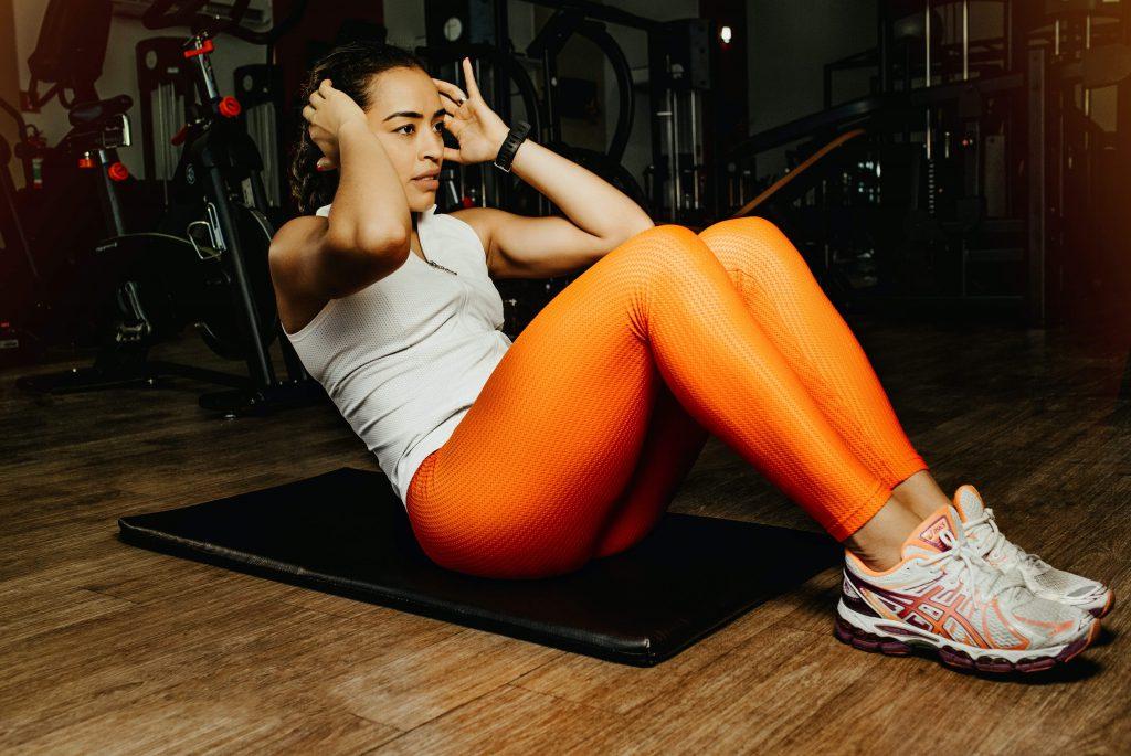 腹筋トレーニングをする人