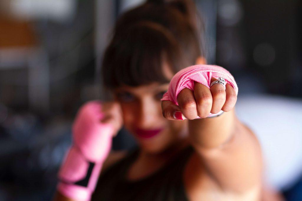 シャドーボクシングをする女性