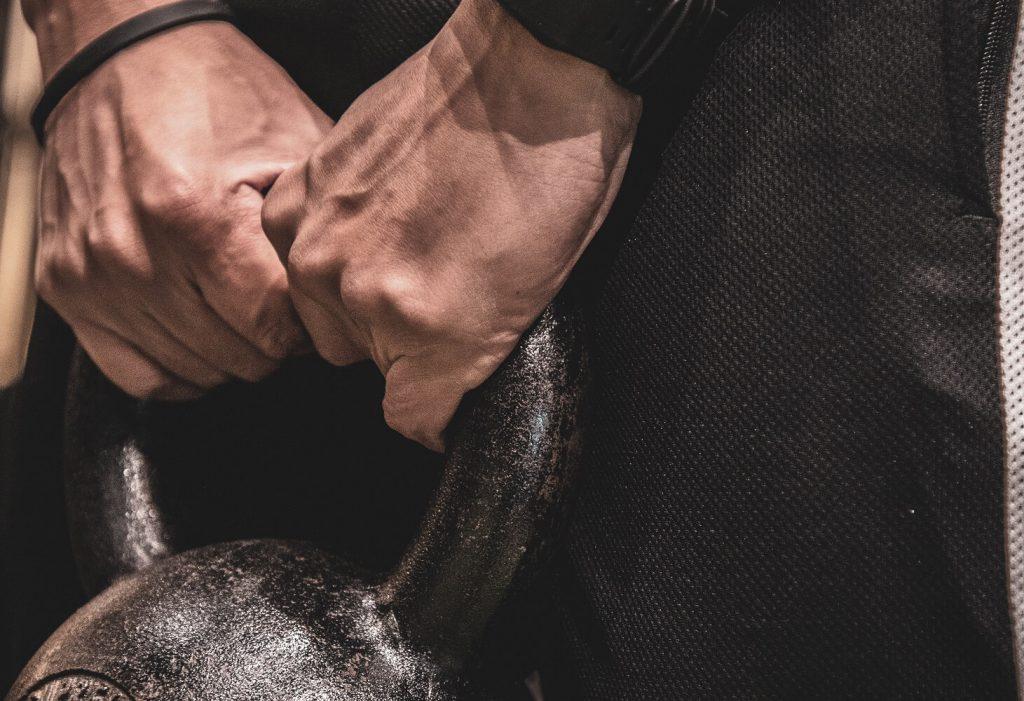 腕の筋トレをする男性
