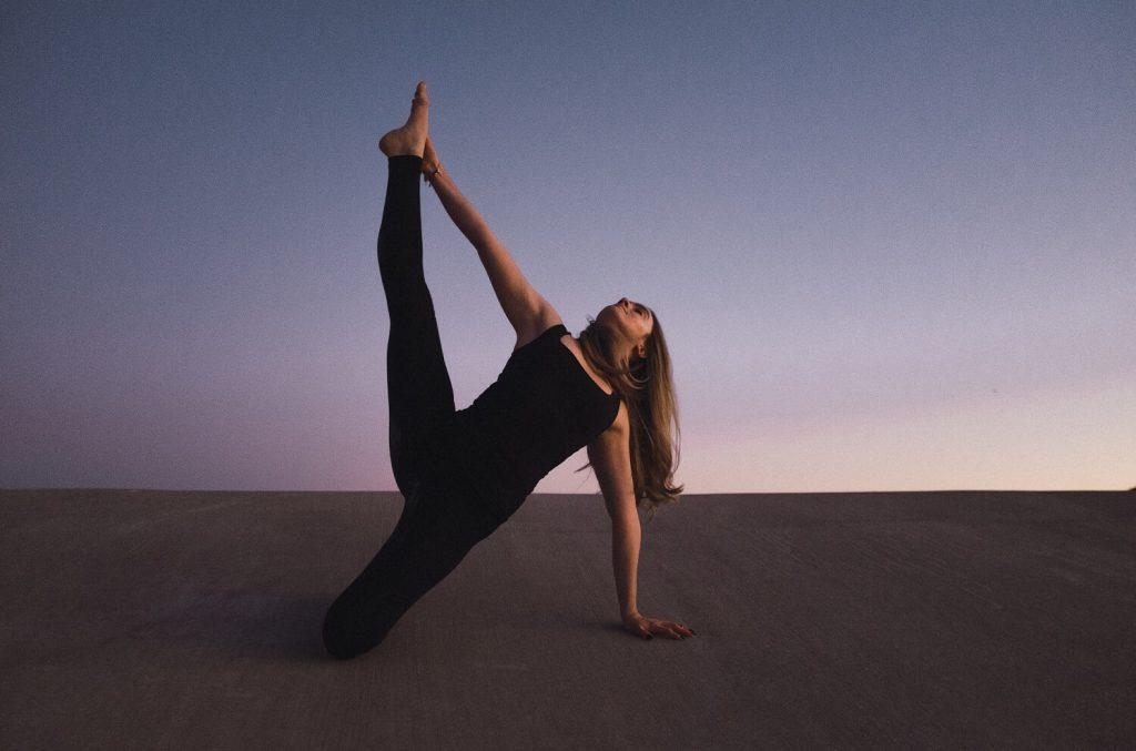 外腿の筋トレをする女性