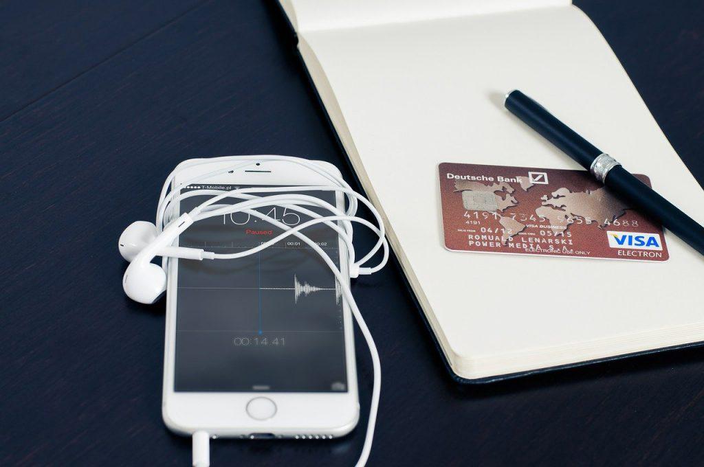 スマートフォンとイヤホンとクレジットカード
