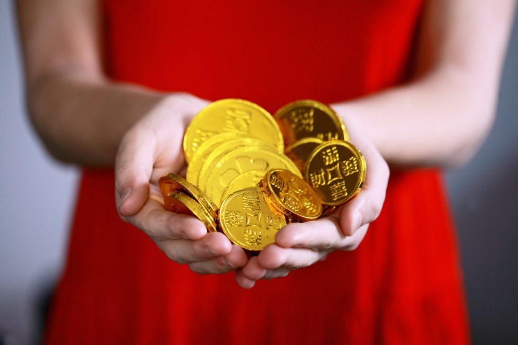 コインを手にした女性