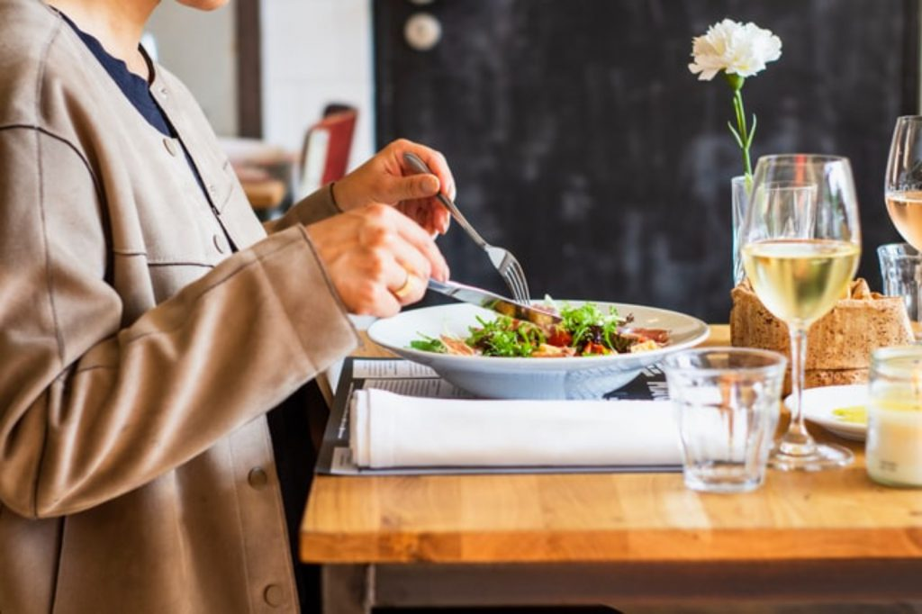 食事をする女性 野菜 ダイエット