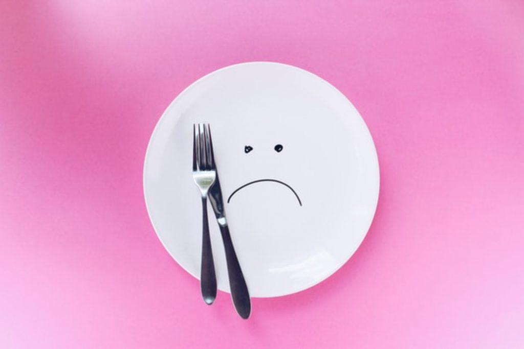 食事 皿とフォーク・ナイフ 不満